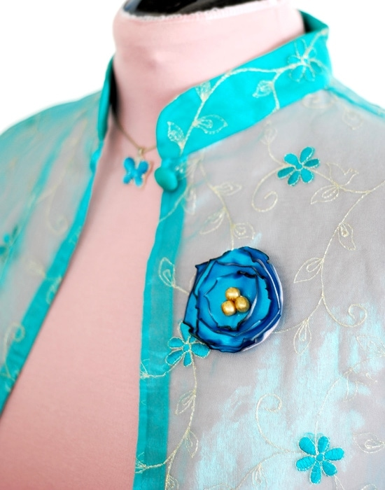 This fabric brooch is very easy to make, requires very few materials -- you probably even have them at home -- and can be made in a couple of minutes.