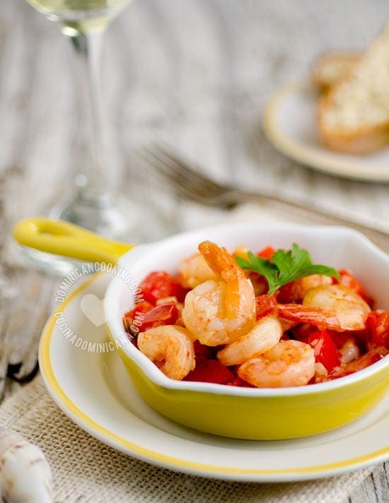 Camarones al Ajillo Recipe (Garlic Shrimp): a simple dish that reminds me of trips to faraway coastal towns, restaurants overlooking the beach and lazy afternoons.