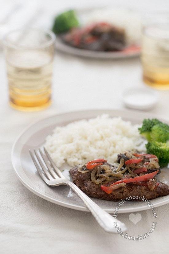 Receta Hígado Encebollado: Cocinar hígado tiene sus trucos. Déjanos ayudarte a obtener un jugoso plato de esta popular ricura nuestra.