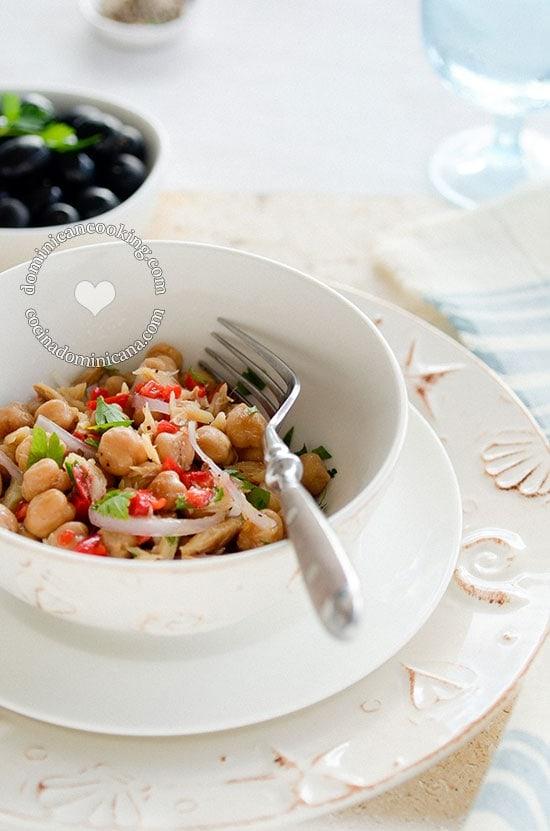 Ensalada de Garbanzos y Bacalao - Receta y Video: Un plato riquísimo y nutritivo que va de ensalada a comida ligera.