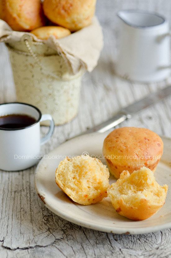 Receta Panecillos de Queso Cheddar: Suaves, esponjosos y repletos de sabor a queso, estos bollitos de Cheddar va a hacer de tu desayuno una ocasión especial.