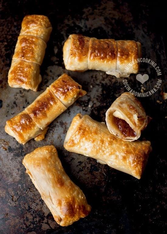 Receta Rollitos de Guayaba y Queso de Freír: Una cubierta crujiente rellena de dulce de guayaba y queso de freír. Un postre simple, una combinación irresistible.