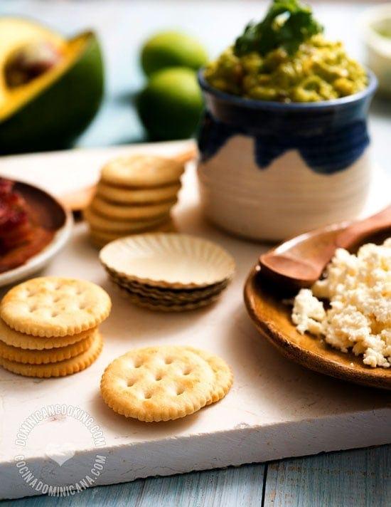Receta Picadera de Aguacate, Tocineta y Queso: Una riquísima y simple picadera a la que tus invitados no podrán resistirse.