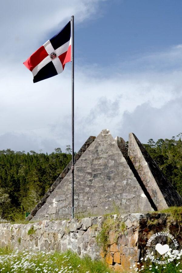 Valle Nuevo, Constanza piramid and Dominican flag