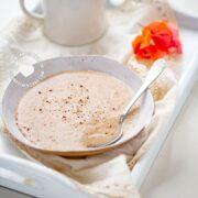 Dominican-Style Farina: Spiced Cream of Wheat Porridge en bandeja con taza de café