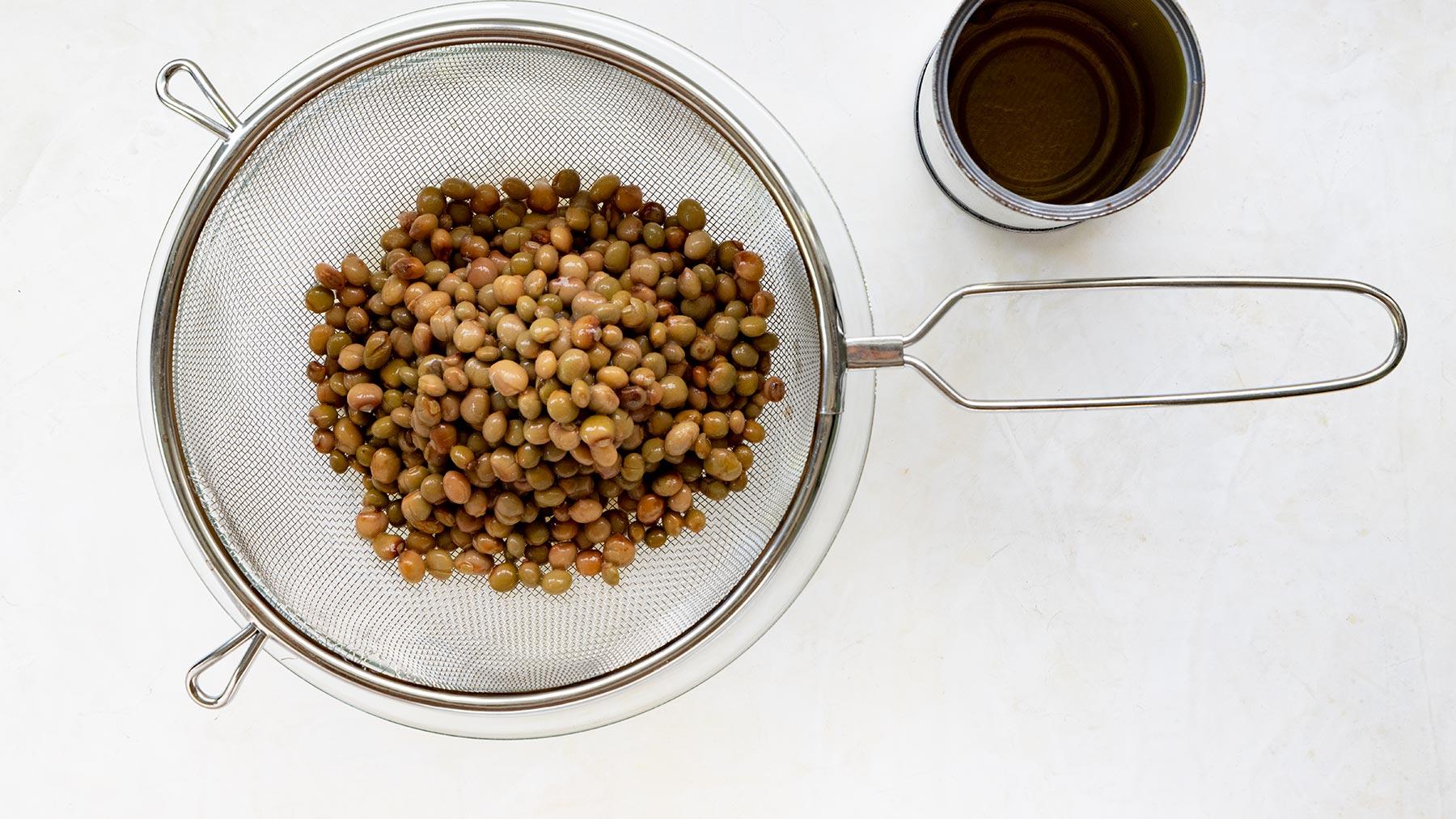 Draining canned guandules
