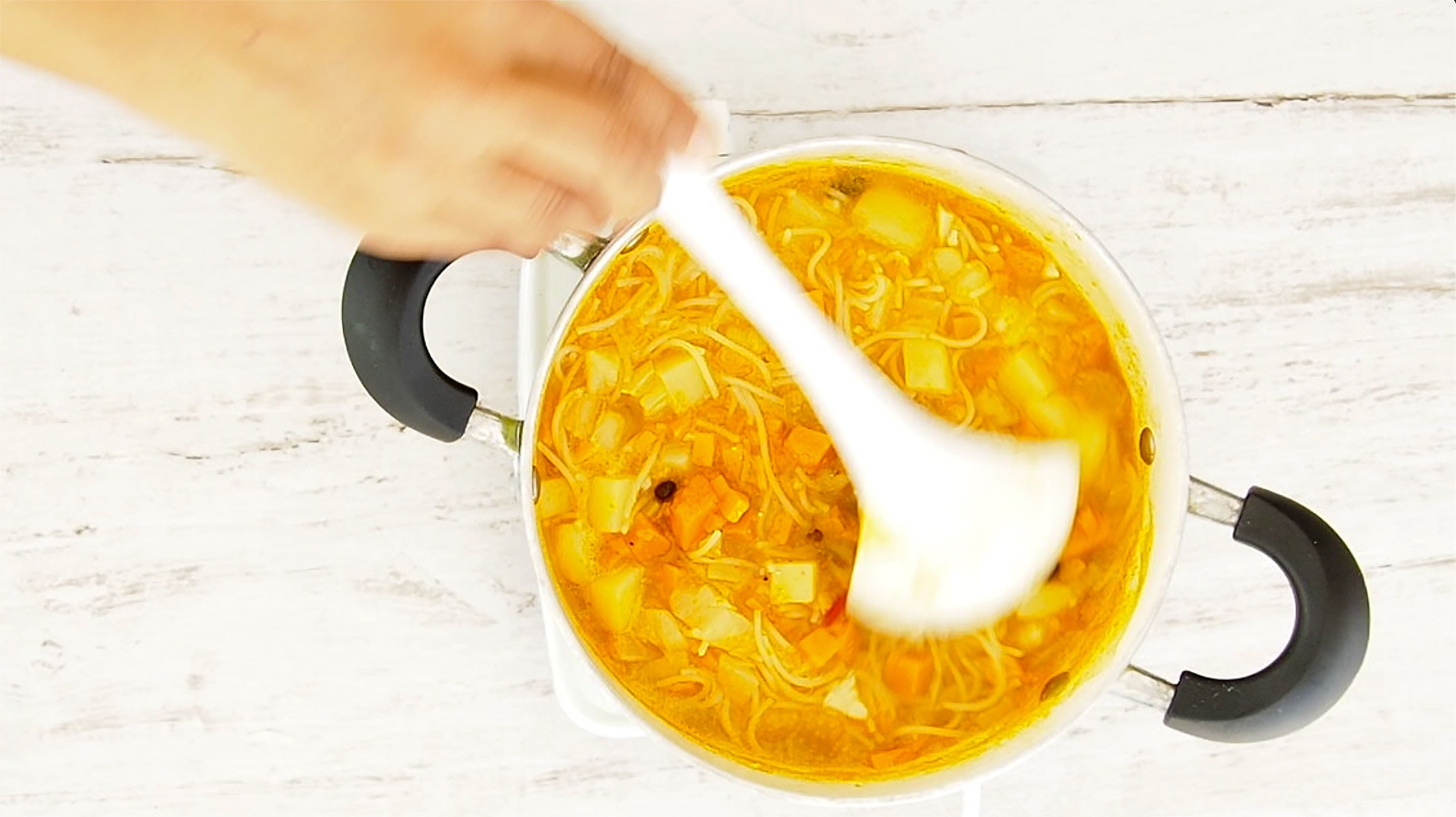 Serving sopa boba soup