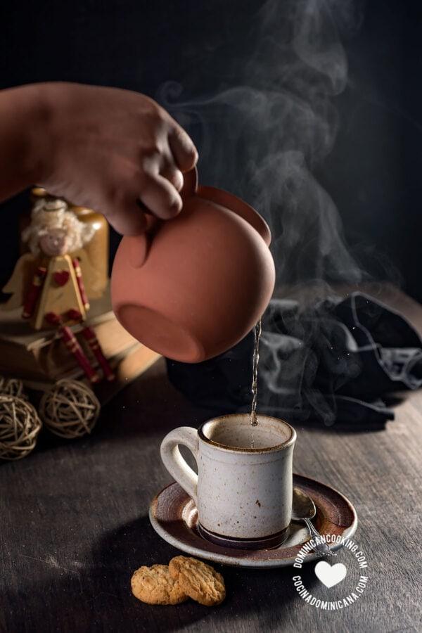Pouring de jengibre (ginger tea)