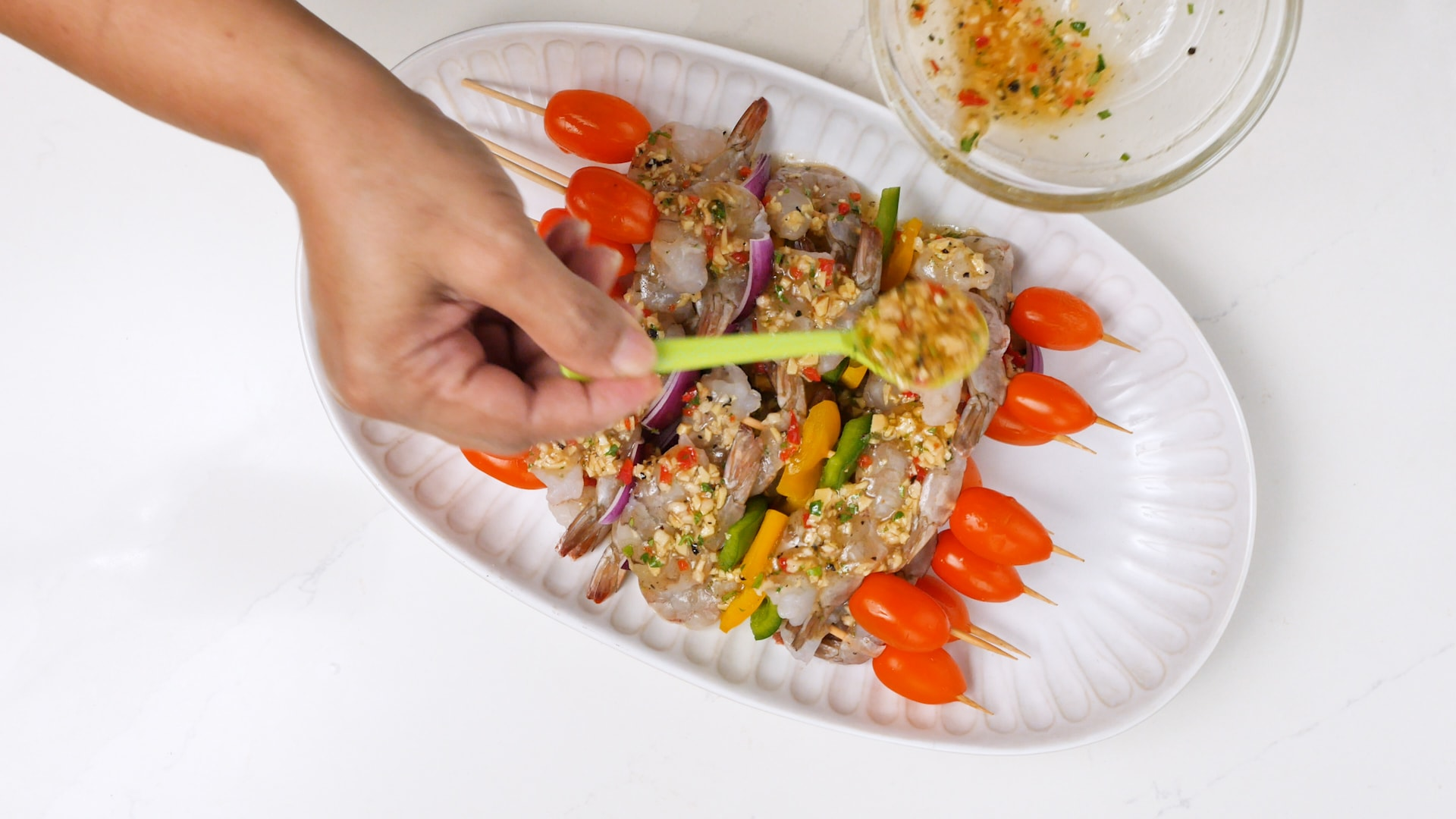 Bathing brochettes with marinade