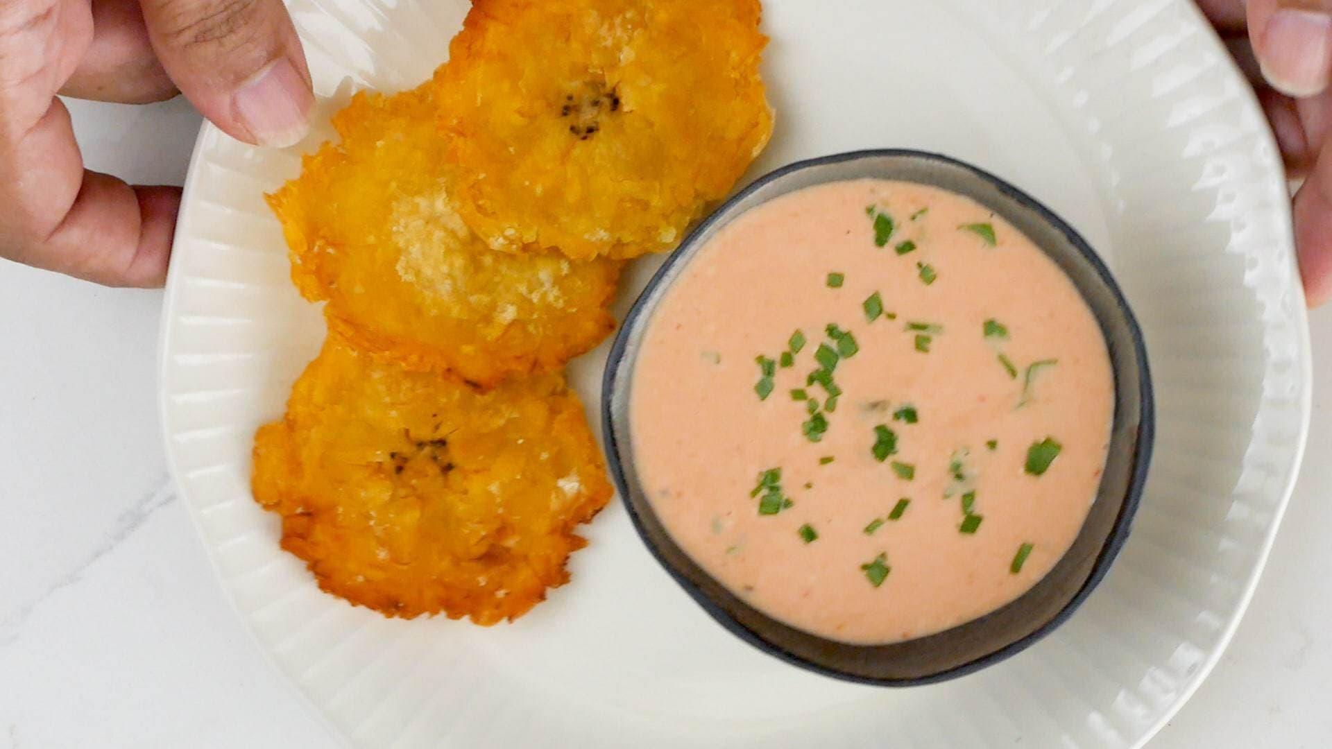Salsa rosada servida con tostanes
